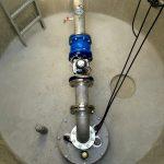 maschinelle Ausrüstung mit Edelstahlarmaturen in einem Brunnenschacht d 2000 mm
